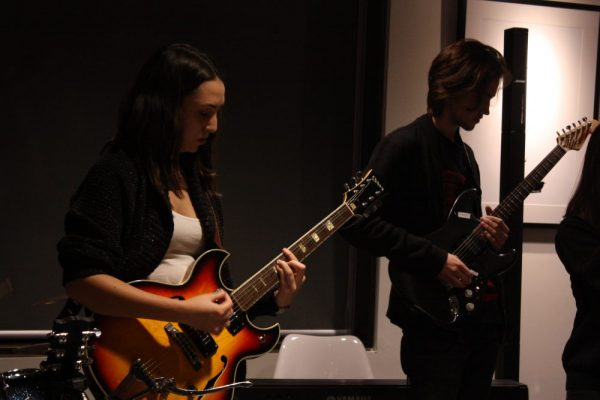 Baka Cafe guitar players